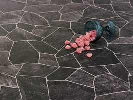 Dette gulvet Broken Slate, er fra Tarkett.