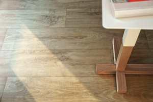 Naturtro tremønstre kjennetegner Tarketts nye kolleksjon vinylgulv, Touch, et praktisk og lettstelt gulv, som også er komfortabelt å stå og gå på.