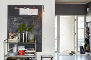 <b>LITEN TAVLE:</b> Vil du ikke male hele veggen med tavlemaling, kan det holde å male en liten tavle der du kan skrive opp beskjeder og huskelapper. Her er det malt med Beckers Skoletavlemaling.