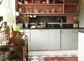 Tavlemaling over kjøkkenbenken er praktisk for middagstips og hyggelige beskjeder. Tavle- og magnetmaling føres av en rekke ulike produsenter, blant annet Flügger, Beckers og Alanor. Foto: Nina Stang