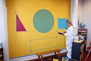 <b> FIGURER: </b> Kontaktlærer valgte geometriske figurer som kan brukes i undervisningen. Jenny Bull-Gustavsen fra Butinox Interiør malte veggen med den nye tavlemalingen.