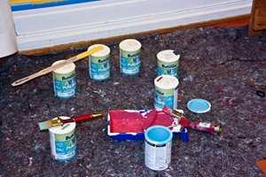 <b> AKRYLMALING: </b>Tavlemalingen selges i bokser på 0,75 liter og anbefalt forbruk er å male 8-10 kvadratmeter per liter maling.