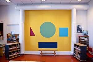 <b> STØRSTE TAVLEN: </b> 1. klasse ved Langestrand skole har nå fått en vegg de kan bruke i undervisningen. Samtidig har de trolig Larviks største tavle: 4 meter høy og 3 meter bred.