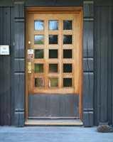 Denne praktfulle døren har fått stå uten omsorg altfor lenge og blitt meget grå og slitt i overflaten