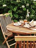 Ikke noe som står utendørs er vedlikeholdsfritt - ei heller hagemøblene av teak. Men vedlikeholder du dem feil, blir de sorte. Slik tar du best vare på teakmøblene.