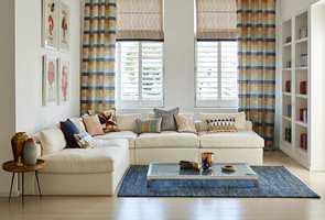 <b>KONTRAST:</b> Hvis veggene er nøytrale kan du kline til med gardiner i farger for å få kontrast. (Foto: Tapethuset)