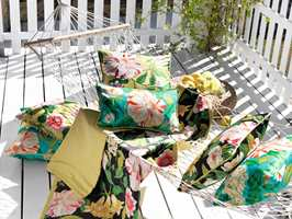 <b>BLOMSTER:</b> Med disse tekstilene fra Sanderson/Intag blir det frodig på terrassen med blomster som ikke må vannes.