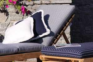 <b>FRYNSER:</b> Utendørstekstilene kan kantes med frynser og rulor som også tåler sol og fukt. Her er tekstiler fra Maria Flora/Tapethuset.