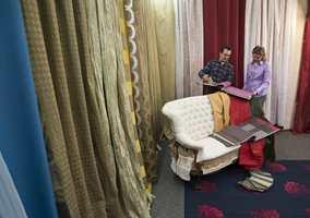 Tekstiler med mye beigetoner, men også innslag av rødt og blått på verdens største interiørmesse, Heimtextil, i Frankfurt.