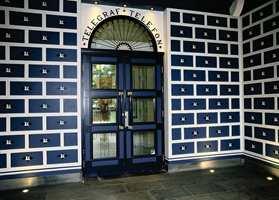 Inngangspartiet er rehabilitert med de originale mønstre og den opprinnelige blåfargen som hovedfarge.