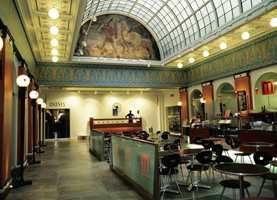 Hovedhallen og 1. etasje er omgjort til et moderne kjøpesenter med butikker og serveringssted.
