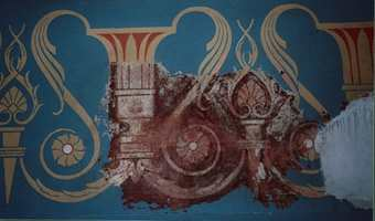 Før: Freskomaleriene går rundt øverst på alle veggene i hovedhallen og originalfargen var som vi ser på bildet rød-brun, overmalt i blått.