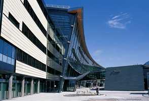 Telenor Fornebu har en spesiell arkitektur der lange glassflater brytes med lyse fasadeplater i travertin.