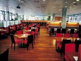 Personalrestauranten Sunt begjær ligger i den vestlige del av bygget og er dominert av varme farger.