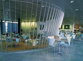 Olivenlunden, et spisested mot øst, er holdt i lyse og transparente farger. Bak aluminiumsprofilene får man et delvis avskjermet rom som kan benyttes til bl.a. representasjonsmiddager.