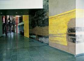 Eksempel på kunstneren Jon Arne Mogstads stucco lustro maleri i Servicesenteret. Dette er en klassisk teknikk fra antikken der veggen først bestrykes med en puss basert på marmormel og kalk. Deretter påføres den fuktige grunningen en pigmentblanding. Til slutt brennes overflaten slik at den blir hard og glassaktig.
