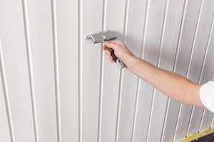 <b>PANEL: </b>Temperaturen i både rommet og underlaget må være god før du maler innendørs. Har hytta ikke vært oppvarmet, vil det ta lang tid før varmet går opp i panelet.