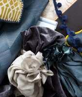 <b>GOD BLANDING:</b> Velg mest av den fargen du ønsker skal prege helheten. Stil og atmosfære skaper du ved å kombinere ulike materialer. Tapet og tekstiler er fra Green Apple. (Foto: Trine Midtsem/ifi.no og Bjørg Owren/ifi.no)