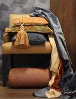 <b>TOKLANG:</b> Blått og orange ligger rett mot hverandre på fargesirkelen (komplementære) og skaper en fin toklang. Tapet og alle tekstiler er fra Green Apple. (Foto: Trine Midtsem og Bjørg Owren/ifi.no)