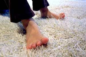 Tepper er behagelig med og uten sko. Det gjelder å holde teppet like friskt og rent som sine egne føtter. – Støvsug minst en gang i uken, sier ekspertene.