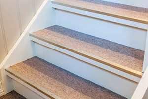 <b>TEPPE:</b> I trappen er det lagt teppe, for sikker komfort.