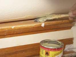 <b>PÅ OG AV:</b> Tepper i trappen limes fast. Når teppet skal bort, må limet fjernes. Da kan du skrape og slipe bort restene. – Det er mest effektivt, sier Thomas Solheim hos Sika Norge. (Foto: Kristian Owren/ifi.no)