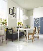 <b>SONER:</b> Et malt teppe på gulvet er med på å ramme inn spisesonen på kjøkkenet og avgrense området fra resten av rommet.