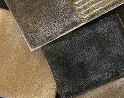 <b>SILKELOOK:</b> Viscose og tencel er kvaliteter med en overflate som minner om silketepper. Teppene her er fra Jacaranda, føres av INTAG. (Foto: Bjørg Owren/ifi.no)