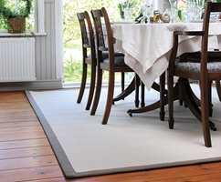 <b>SONER:</b> Løse tepper er med på å dele opp stuen i soner. (Foto: Golvabia)