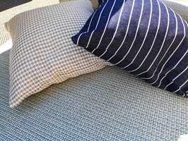 MARITIMT: Det blir svalt som en lufting fra havet med tepper og puter i nyanser av sand, turkis og blått.