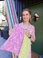 NY STIL: Torhild Rustenberg bruker tepper og tekstiler til å fornye terrassen. Teppet er fra InHouse og putene er sydd av tekstiler fra Alessandro Bini somføres av Storeys.