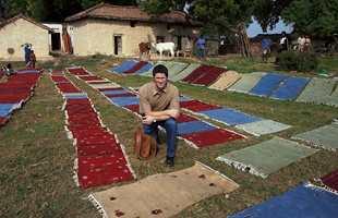 Produksjon på landsbygda. Her tørkes håndknyttede Gabéh-tepper i det fri. Vi ser Thrond Spets fra Gulvex.