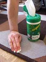 Det er fort gjort å søle på teppet. Prøv å fjerne flekken med våtservietter neste gang.