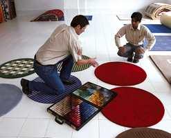 Markedssjef Thrond Spets i Gulvex diskuterer årets teppekolleksjoner hos Indian Art Gallery i Bhadoi.