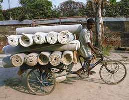 Ferdige tepper, fraktet til lager på sykkel.