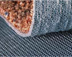 Teppet kan også festes med borrelås. Da slipper du lim på både gulv og teppe, og teppet kan flyttes uten av gulvet tar skade.