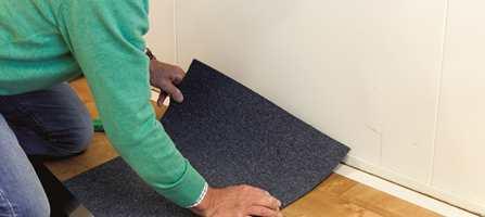 Å legge teppefliser er raskt og enkelt, men det er viktig at du er nøyaktig og at du planlegger leggingen godt før du setter i gang. Slik går du frem.