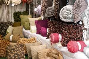 Uansett hvilke farger og materiale man foretrekker, er det mye å velge i blant vårens puter og pledd.