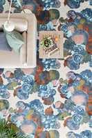 <b>FRUKTFAT: </b>Mønsteret «Boudior» er inspirert av gamle malerier av stilleben av boller med frukt. Lisa Bengtssons design inneholder ofte et litt overraskende element, og i dette design er det tegnet inn en flue.