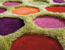 Hvem blir ikke glad av å se og trå på dette teppe fra Arte Espina? Smarte fargekonstellasjoner og effektfulle kontraster mellom lav og litt lengre luv. Farger og mønstre passer godt inn en fargerik leken trendretning som eksisterer parallelt med den sobre og elegante hovedtrenden.