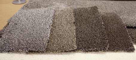 Grafittgrått, beige og bruntoner. Den sobre fargeskalaen passer i alle miljøer. Her teppe med skåret eller løkket luv fra Cunera, som i Norge forhandles av INTAG.