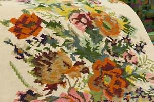 Bonderomantikk, husflid og det rustikke, er tydelig trend i dag. Her et flatt, vevet ullteppe fra Carpetas med stiliserte kryss-stingmønstre.