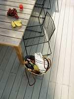 <b>SUN-BLOCK: </b>Fargepigmentene i terrassebeisen er en viktig del i beskyttelsen av treverket. Pigmentene stopper solens UV-stråler fra å bryte ned fibrene, og holder terrassegulvet fritt for fliser.