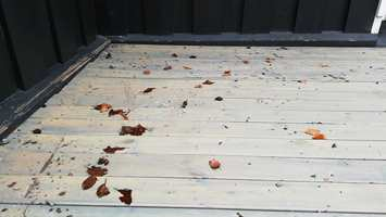 TERRASSE FØR: En årlig vask av terrassen forlenger levetiden både på treverket og overflatebehandlingen.