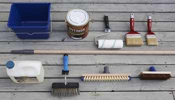 Dette trenger du: I første rekke fra venstre: Et grovrensmiddel - en terrasserens, vaskekost og to typer alternative skrubber - avhengig av bredden på bordene. I andre rekke fra venstre: En malerbøtte (som også brukes til rensemiddelet), terrasseolje, en malerrull og beispensel (størrelsen igjen avhengig av bordbredden).