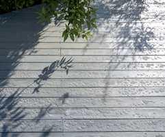 Etter: Den ferdige terrasse hvor fargen og løden er tilbake. Oljebehandlingen sørger for at selv et kraftig regnvær blir liggende ovenpå treverket. Terrassen er blitt vannavvisende.