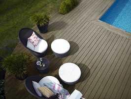 Du kan få en grå platting som ser værslitt uten å være flisete, fremheve uteplassen med en elegant brunsort farge, eller få en naturlig grønnfarget terrasse.  Foto: Nordsjö
