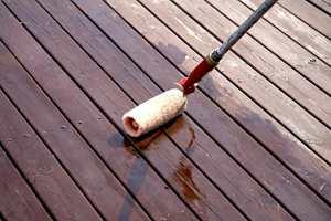 Beisen påføres med rull og etterstrykes med en flat, bred pensel. Beisen skal ikke danne film.  Foto: Kristian Owren/ifi.no