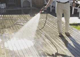 Først må treverket gjøres grundig rent, og være absolutt tørt før du påfører beisen.