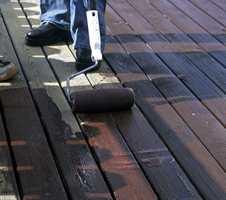 - La terrasseoljen trekke ned i treverket, og etterstryk med en bred pensel slik at overskytende olje fjernes. Ellers vil det dannes en skjemmende oljefilm.